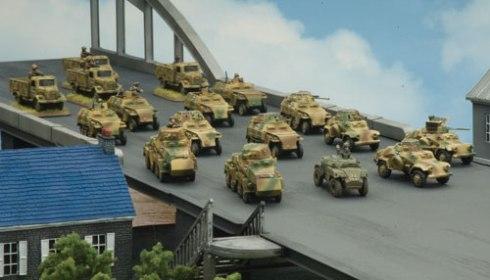 Compañía de Kampfgruppe avanzando por un puente